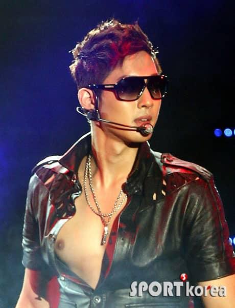 http://www.yesasia.ru/wp-content/uploads/2011/06/20110607_hyunjoong_kim_showcase_6.jpg