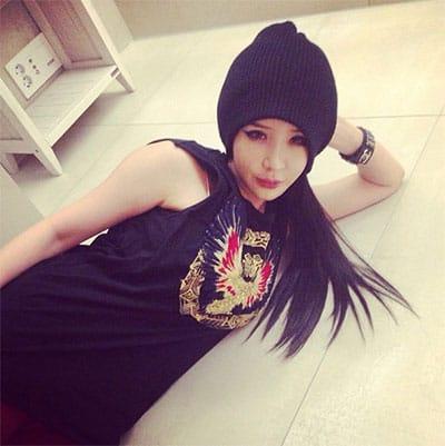 Ежедневный твиттер: Тэён из SNSD подстригает свои волосы, а Чжоу ...