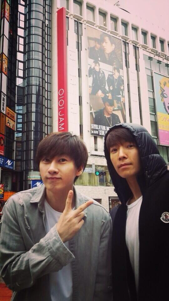 Донхэ и Ынхёк сфотографировались на фоне своих постеров в Сибуя ...