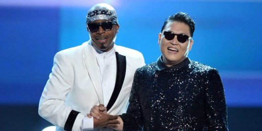 everyone-freaked-out-when-mc-hammer-joined-psy-on-stage-at-the-american-music-awards