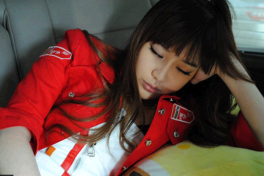 2NE1_1447449863_121019-sleeping-10-park-bom