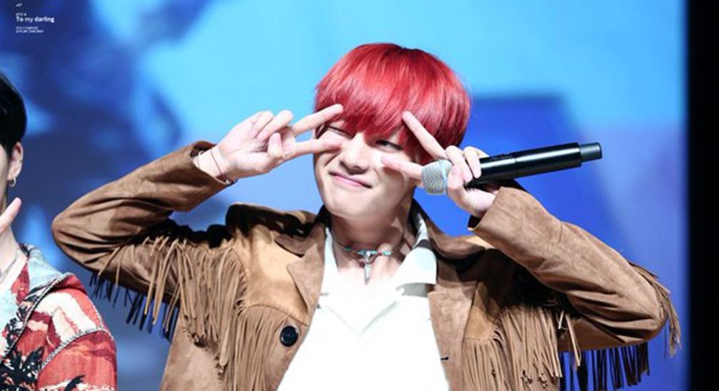 V из bts с красными волосами