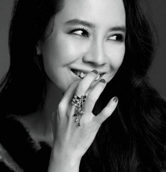 Актерский дебют состоялся в году в фильме wishing stairs, а участие в дораме palace в году принесло ей известность.