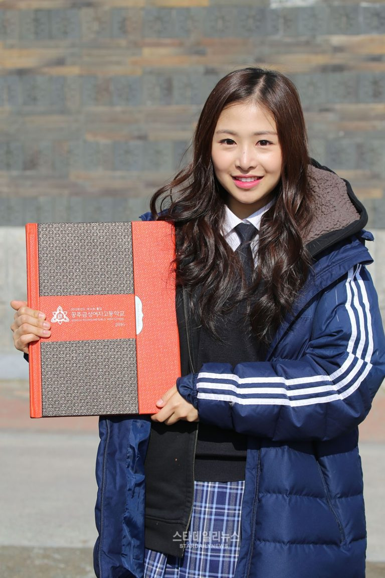 april-chaewon-kpop-idols-taking-college-exams-sooneung-2016-768x1152